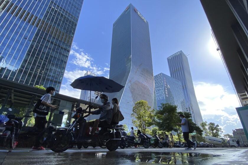 a sede de la empresa china de bienes raíces Evergrande en Shenzhen, China, el 23 de septiembre del 2021. (Foto AP/Ng Han Guan)
