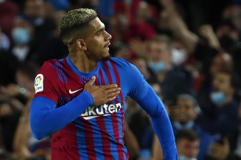Ronald Araújo festeja el gol que anotó y que dio a Barcelona un empate 1-1 ante Granada el 21 de septiembre del 2021.