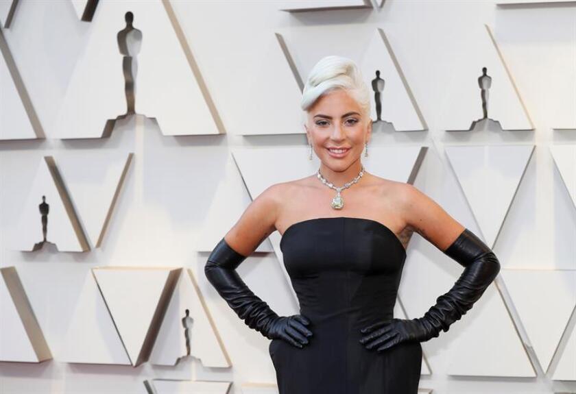 Lady Gaga posa a su llegada a la alfombra roja de los Premios Óscar, este domingo, en Hollywood, California (Estados Unidos). EFE
