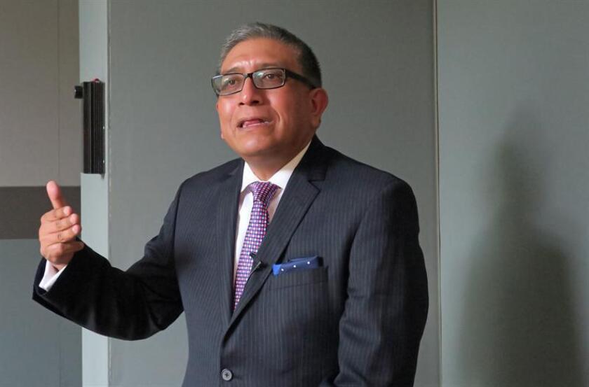 El alergólogo pediatra y miembro de la Academia Mexicana de Pediatría, Gerardo López, conversa con Efe, este viernes, después de una rueda de prensa en Ciudad de México (México). EFE