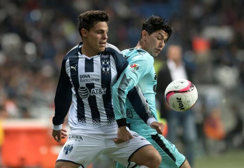 Alfonso Gonzalez (i) de Rayados de Monterrey disputa el balón con Gerardo Arteaga (d) de Santos durante un partido celebrado en el estadio BBVA de la ciudad de Monterrey (México). EFE/Archivo