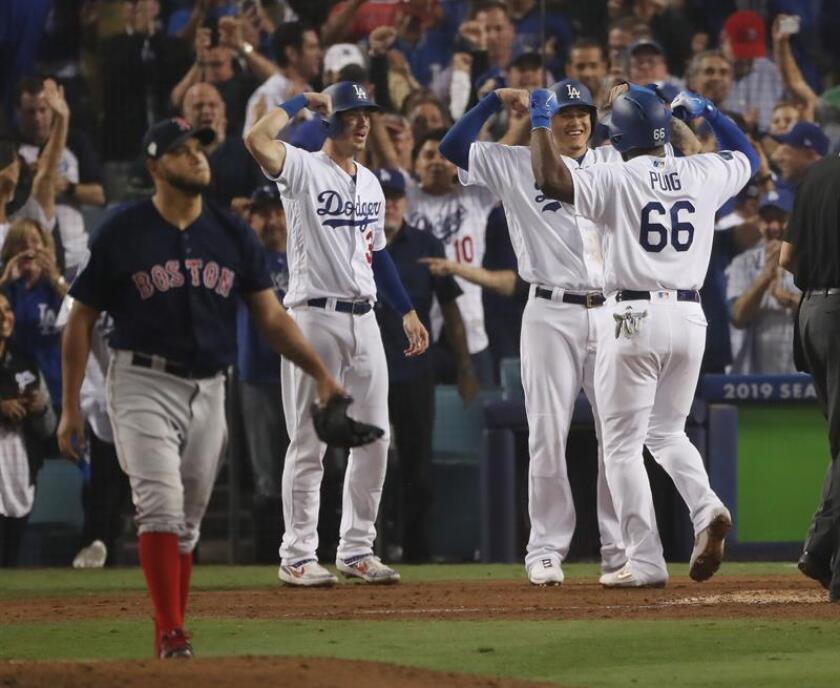 El bateador de los Dodgers de Los Angeles Yasiel Puig (R) celebra con Manny Machado (2R) y Cody Bellinger (2L) luego de batear un jonrón de tres carreras contra el lanzador de los Red Sox de Boston, Eduardo rodriguez (L) en la parte inferior de la sexta entrada del cuarto juego de la Serie Mundial en el Dodger Stadium en Los Angeles, California, EE. UU., este 27 de octubre de 2018. EFE