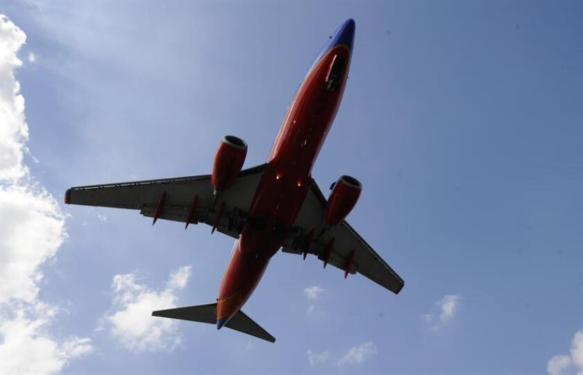 Un avión procedente de Nueva York se vio obligado hoy a realizar un aterrizaje de emergencia en Filadelfia después de que reventara su motor izquierdo en pleno vuelo, según informaron los medios locales. EFE/Archivo