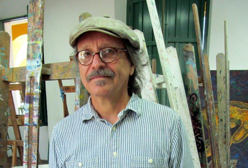 """El exprisionero puertorriqueño y profesor de arte Elizam Escobar posa con su último libro, """"Antidiario de prisión"""". EFE"""
