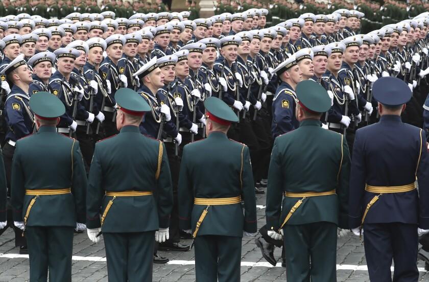 Marineros rusos marchando en la Plaza Roja durante el desfile militar del Día de la Victoria en Moscú, Rusia, el domingo 9 de mayo de 2021, con motivo del 76to aniversario de la derrota de la Alemania nazi en la II Guerra Mundial. (AP Foto)