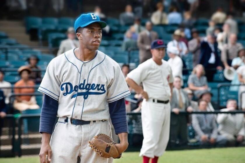 Chadwick Boseman como Jackie Robinson in 42.