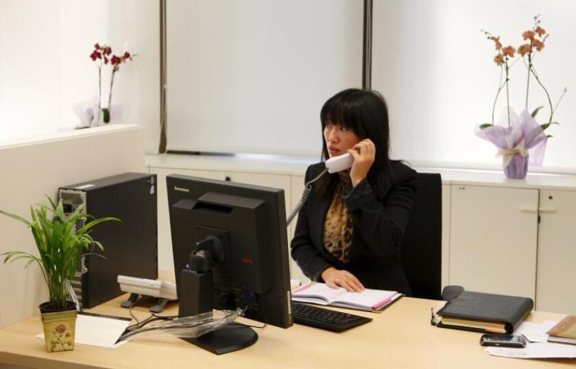 Una trabajadora atiende una llamada en la sucursal en Madrid del banco Industrial & Commercial Bank of China (ICBC). EFE/Gustavo Cuevas/Archivo