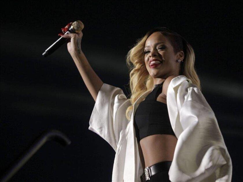 """Rihanna ha deslumbrado y cautivado esta noche en el BEC de Barakaldo a un público entregado con un espectáculo que ha hecho bailar y cantar a los asistentes al que ha sido el primer concierto en Europa de su gira """"Diamonds World Tour"""". EFE/Archivo"""