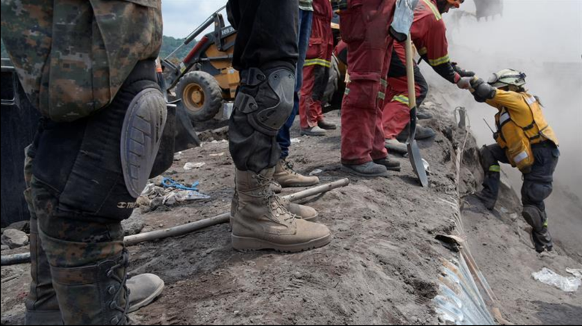 Rescatistas continúan con las labores de búsqueda y rescate de las víctimas de la erupción del volcán de Fuego. EFE/Archivo
