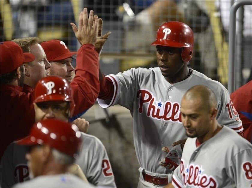 El jugador John Mayberry Jr (d) de los Filis de Filadelfia es felicitado tras anotar. EFE/Archivo