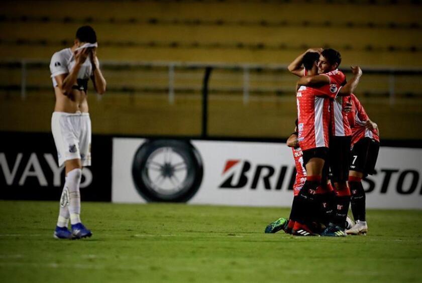 Jugadores de River Plate celebran su paso a la siguiente fase este martes, en el partido de vuelta de la Copa Sudamericana entre Santos de Brasil y River Plate de Uruguay, en el estadio Pacaembu en Sao Paulo (Brasil). EFE