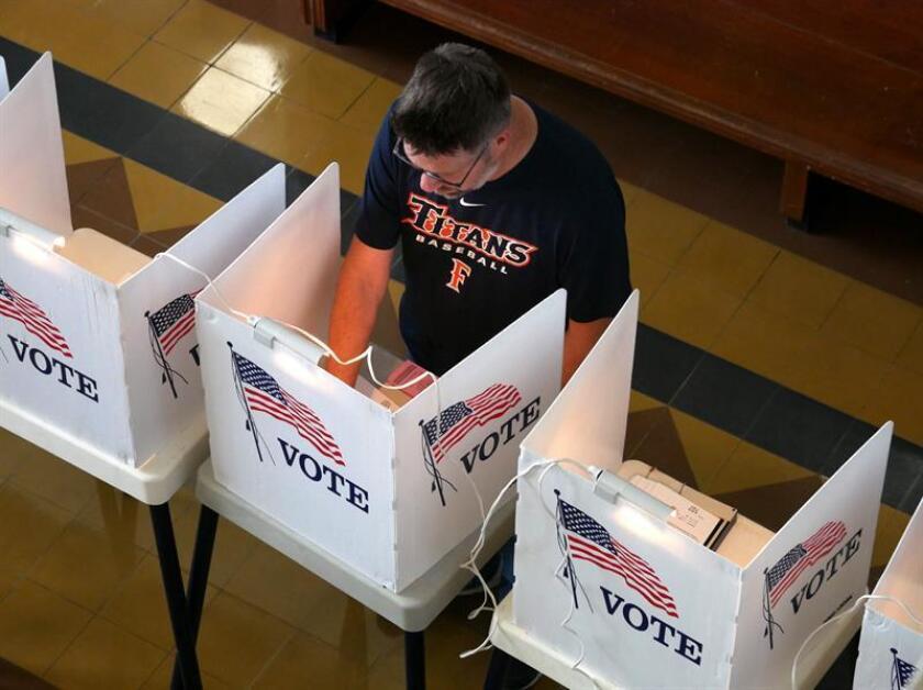 Ciudadanos asisten a votar en el Ayuntamiento de Santa Mónica durante las elecciones primarias de California, en Santa Mónica, California (Estados Unidos). EFE/Archivo