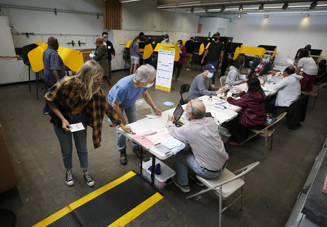 Überfüllt mit Wählern, die ihre Stimmzettel in einem Wahlzentrum am Santa Monica College abgeben, während die Wahllokale am Dienstagmorgen geöffnet werden.