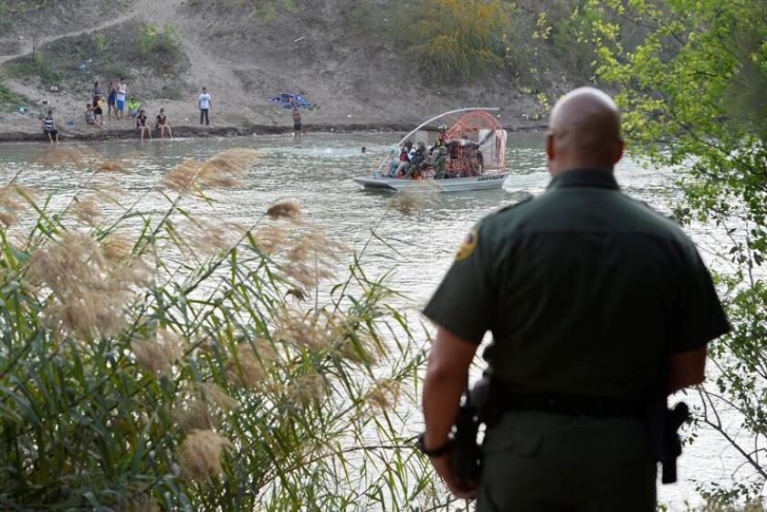 Un agente de la Patrulla Fronteriza estadounidense observa una embarcación militar mexicana en el Río Grande que hace labores de vigilancia.