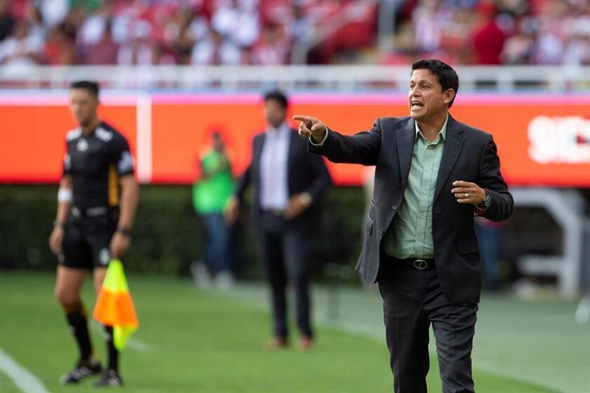 El entrenador del Santos Laguna, Salvador Reyes, aseguró hoy que jugar mañana contra el Tijuana en la cancha sintética del rival no es una excusa para su equipo que saldrá por la victoria. EFE/ARCHIVO