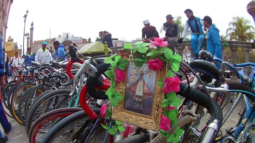 Ciclistas llegan a las puertas de la Catedral Basílica de San Juan de los Lagos, en Jalisco, México.