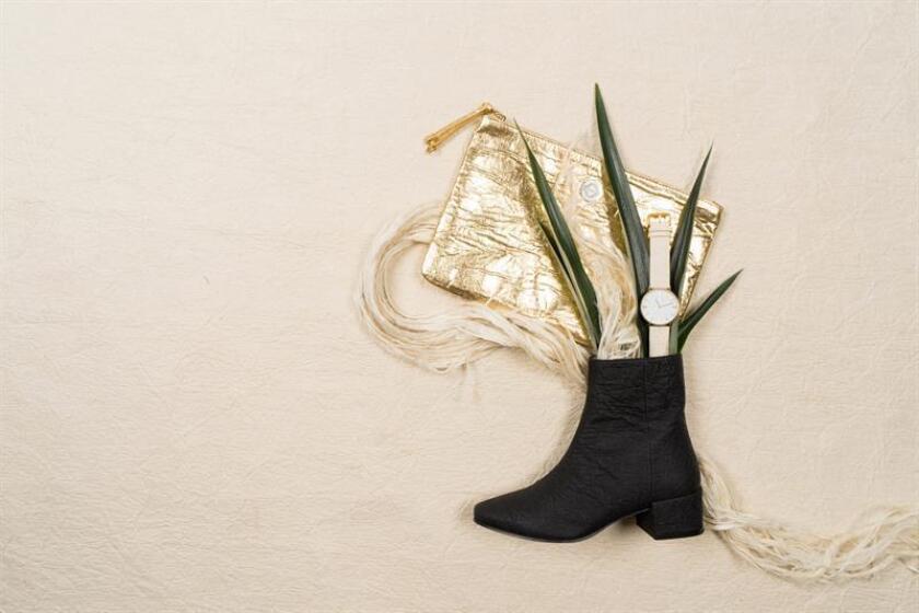 Fotografía cedida sin fecha donde aparecen un bolso y unas botas de la marca Taikka hechas con fibra de piña de la empresa Piñatex, alternativa ecológica a las pieles de la diseñadora española Carmen Hinojosa. EFE/C. Mueller/Piñatex