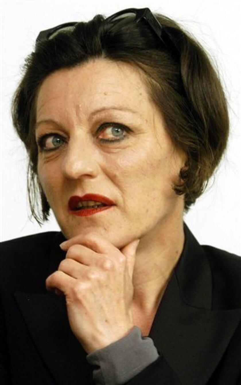 La escritora alemana de origen rumano Herta Mueller, quien gan� premio Nobel de Literatura 2009, en una fotograf�de archivo del 16 de mayo de 2004, en Weimar, Alemania. (Foto AP/Jens Meyer/Archivo)