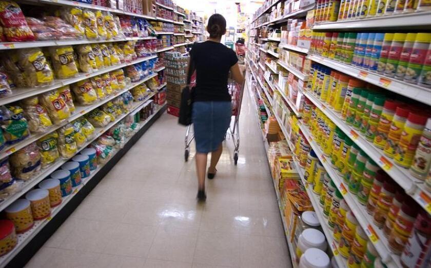 Una mujer hace sus compras en una cadena de supermercados en la ciudad de Orlando, Florida (EEUU). EFE/Archivo