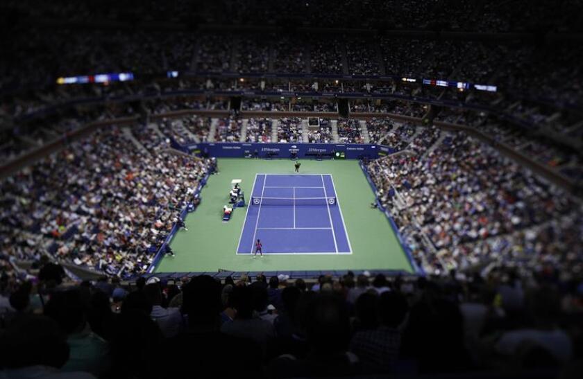 La tenista estadounidense Serena Williams (arriba) fue registrada este viernes al servirle una bola a su hermana Venus, durante un partido de la tercera ronda del Abierto de Tenis de Estados Unidos, en el Centro Nacional de Tenis USTA de Flushing Meadows (Nueva York, EE.UU.). EFE