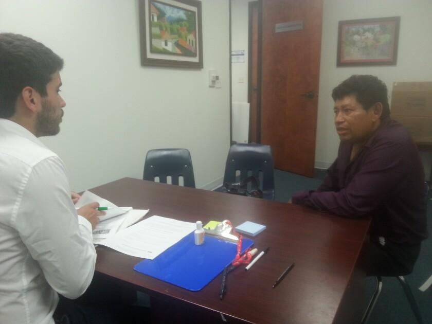 Hernán Castellanos (derecha) es atendido por David Murphy Pineda en las oficinas del consulado de Honduras en Los Ángeles.