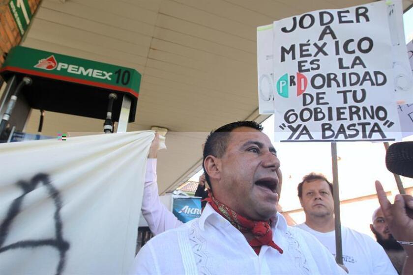 El Grupo Gasolinero G500, que aglutina 1.800 gasolineras, anunció que cerrará las estaciones de servicio amenazadas por el vandalismo ligado a las protestas por el aumento a los precios de las gasolinas en México, mientras la empresa estatal Pemex pidió ayuda para desbloquear sus instalaciones. EFE/ARCHIVO