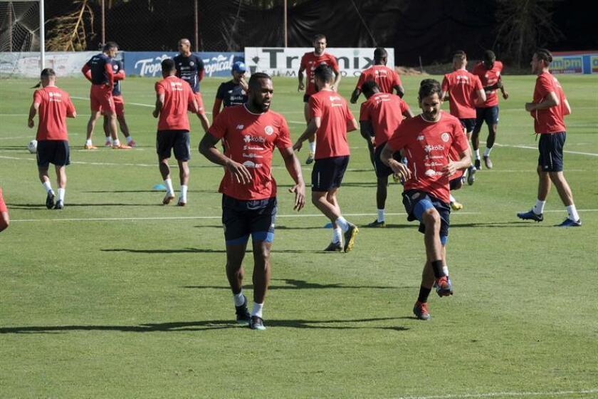Jugadores la selección de fútbol de Costa Rica entrenan este martes, en las instalaciones del Proyecto Gol, en San José (Costa Rica). EFE