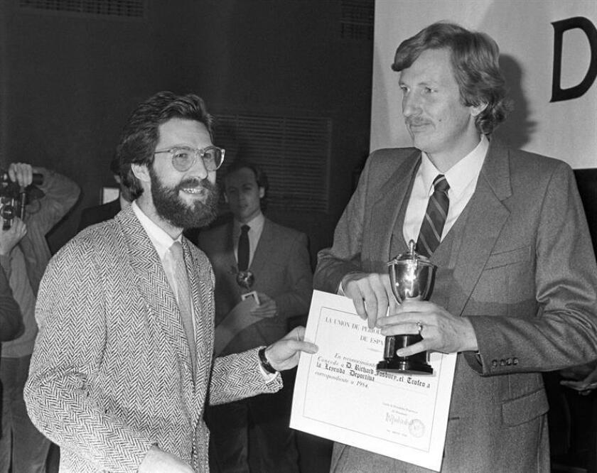 El atleta estadounidense, Dick Fosbury (d), durante la entrega de premios de la Unión de Periodistas Deportivos de España, en 1984. EFE/Archivo