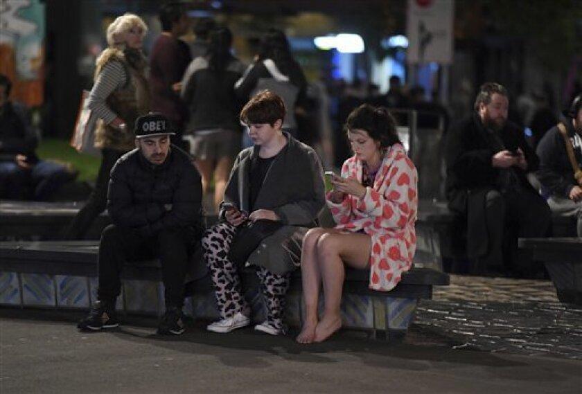 Las autoridades neozelandesas evacúan hoy a turistas y residentes de la localidad de Kaikoura, que ha quedado aislada a causa del terremoto de 7,8 grados que sacudió el sur del país domingo por la noche.