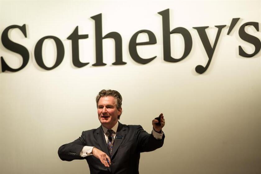 Un subastador de Sotheby's, gesticula durante las subastas de ventas de obras de arte. EFE/Archivo