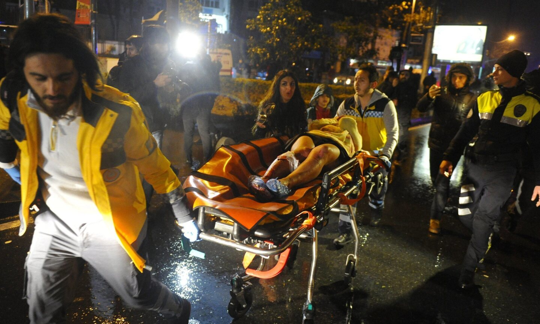 Por lo menos 35 personas murieron en un ataque perpetrado por un individuo que presumiblemente estaba disfrazado como Santa Claus en un club nocturno de Estambul durante las celebraciones de Año Nuevo.