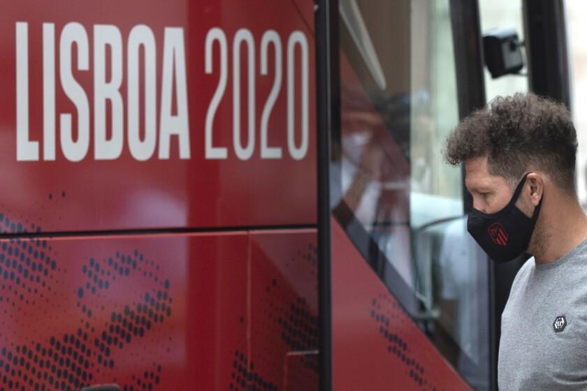 El técnico del Atlético de Madrid Diego Simeone llega al hotel del equipo en Lisboa,