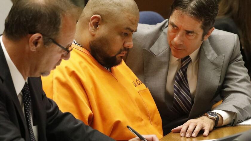 Isauro Aguirre, al centro, fue sentenciado a la pena de muerte.