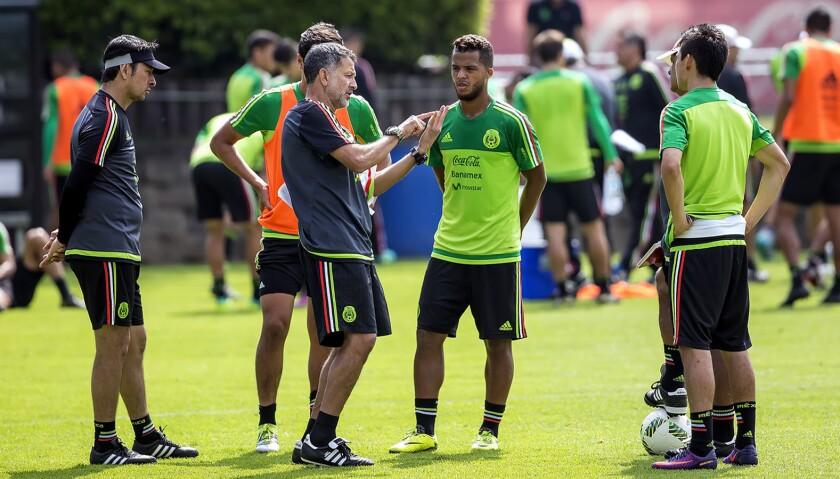 El entrenador colombiano Juan Carlos Osorio (c) da indicaciones en una sesión del seleccionado mexicano.