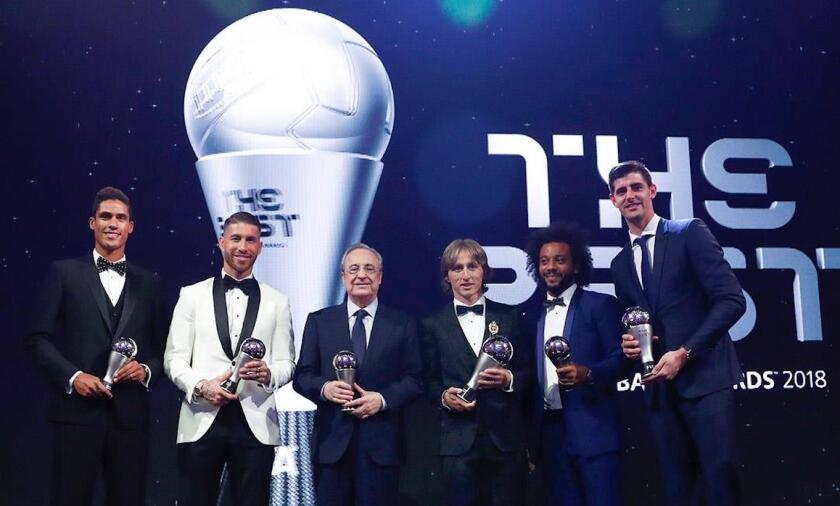 De izquierda a derecha: Raphaël Varane, Sergio Ramos, el presidente Florentino Pérez, Luka Modric, Marcelo y el portero Thibaut Courtois.