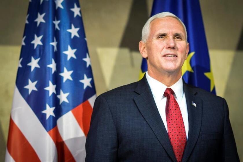 """El vicepresidente de Estados Unidos, Mike Pence, aseguró hoy al presidente de Ucrania, Petró Poroshenko, que su Gobierno no reconoce la """"ocupación e intento de anexión"""" de Crimea por parte de Rusia. EFE/EPA"""