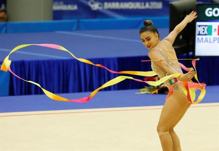 La mexicana Marina Malpica fue registrada este lunes, durante la competencia de cinta de la gimnasia artística de los Juegos Centroamericanos y del Caribe 2018, en Barranquilla (Colombia). EFE