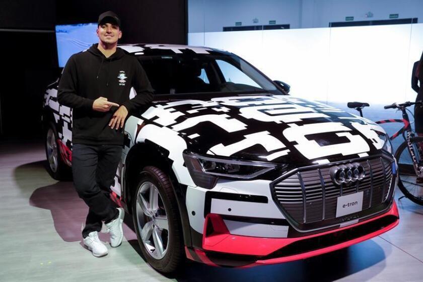 El surfista brasileño Gabriel Medina presenta el coche e-tron de Audi hoy, martes 6 de noviembre de 2018, en el Salón Internacional del Automóvil de Sao Paulo (Brasil). EFE