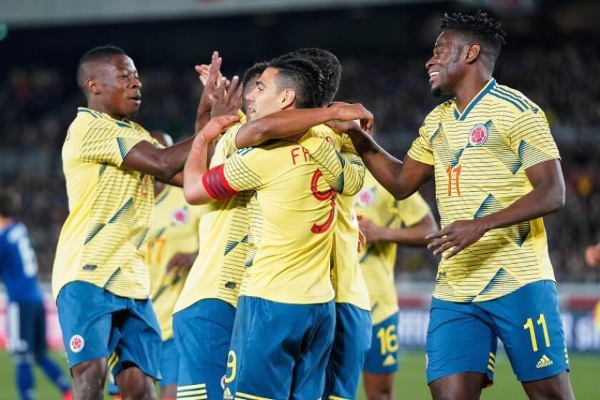 El delantero colombiano Radamel Falcao (c) celebra con sus compañeros de equipo tras marcar un penalti y abrir el marcador ante Japón durante un partido amistoso este viernes en el Estadio Internacional de Yokohama (Japón). EFE