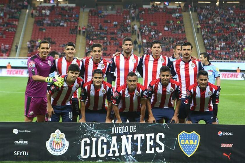 Los jugadores de Chivas de México posan a las cámaras previo al juego con Boca Juniors de Argentina el 02 de febrero de 2017, EFE