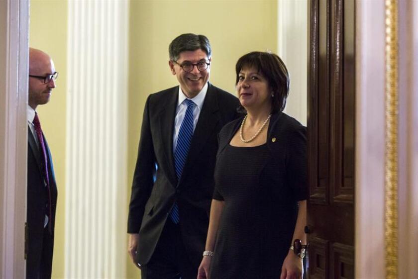 El secretario del Tesoro de EE.UU., Jack Lew (c), junto a Natalie Jaresko, durante su reunión en el Departamento del Tesoro en Washington, Estados Unidos, el 16 de marzo de 2015. EFE/Archivo