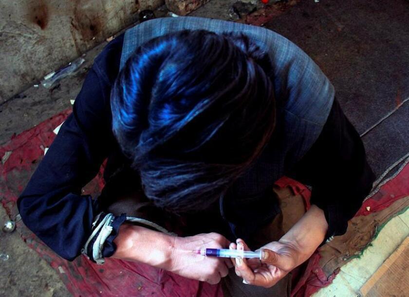 Más de 70.000 personas murieron por sobredosis de droga en EE.UU. en 2017, según el estudio de datos oficiales, que detalló en enero pasado que los estadounidenses son más propensos hoy en día a morir de una sobredosis accidental de opioides que en un accidente automovilístico. EFE/Archivo