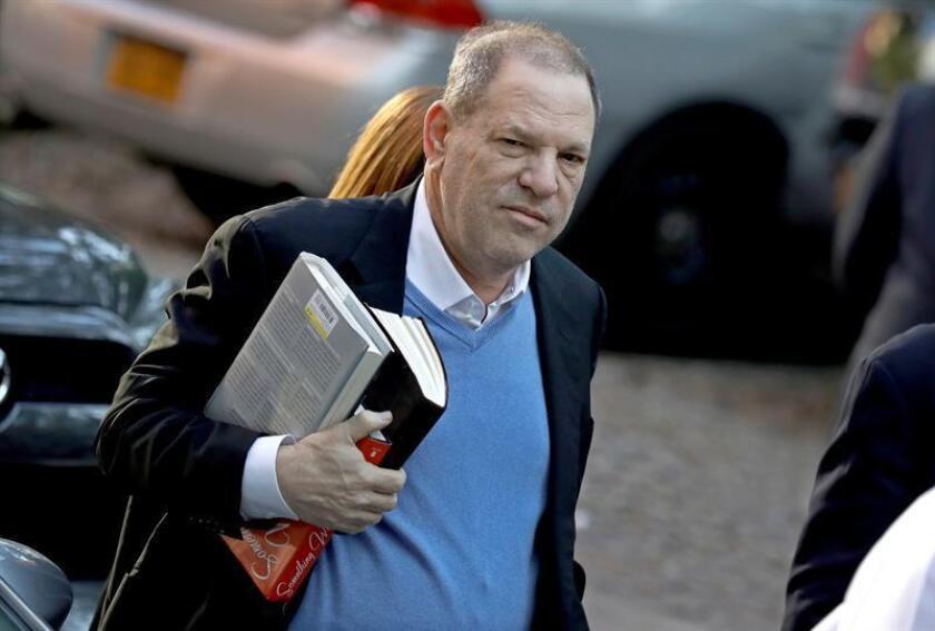 El productor de Hollywood Harvey Weinstein (c) llega a una comisaría de Nueva York, en Estados Unidos. EFE/Archivo