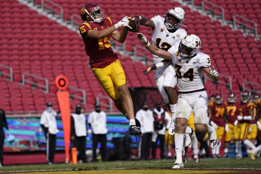 USC wide receiver Drake London (15) beats Arizona State defenders to make the winning 21-yard touchdown catch.