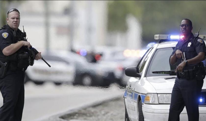 Policías resguardan la zona durante la alerta por un posible tirador.