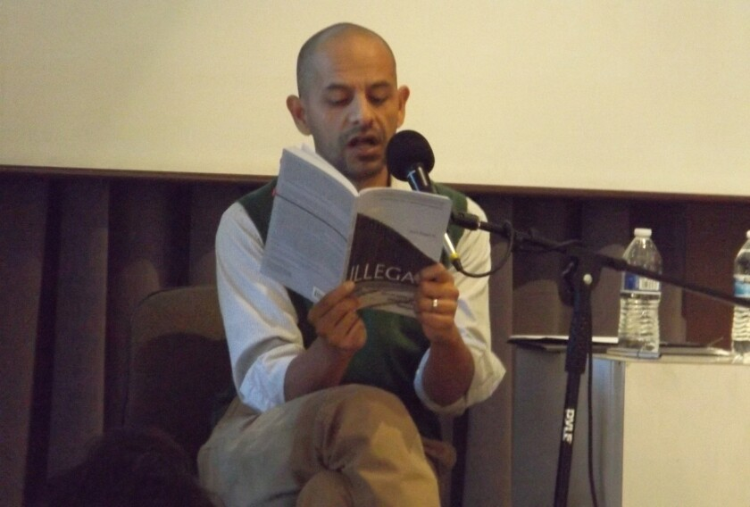 El autor Jose Angel Navejas lee un fragmento de su libro ayer, domingo 8 de noviembre de 2015, durante el evento Cultura en Pilsen como parte del Chicago Humanities Festival 2015 que se realiza en Chicago, Illinois.