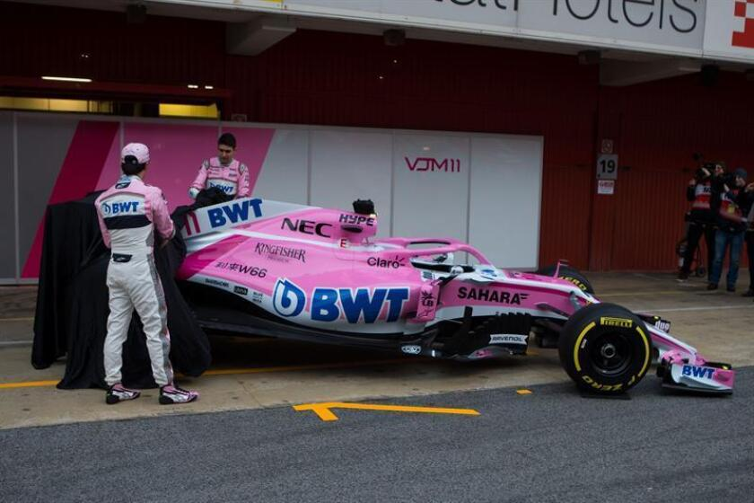 El piloto mexicano Sergio Perez (i) y su compañero el frances Esteban Ocon (d) la presentacion del nuevo coche de la escuderia Force India que se ha celebrado esta mañana en el circuito de Barcelona-Catalunya donde hoy comienzan los entrenamientos oficiales de pretemporada de Formula Uno. EFE