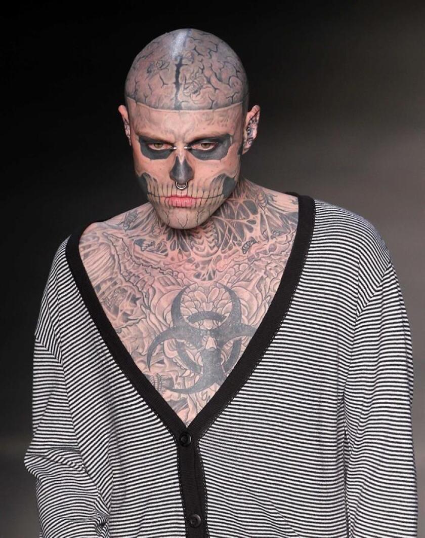 """Fotografía de archivo tomada el 4 de junio de 2011 que muestra al modelo canadiense Rick Genest, conocido como """"Zombie Boy"""", durante la Semana de la moda de Río de Janeiro en Brasil. El modelo, de 32 años, fue encontrado muerto ayer, 2 de agosto de 2018, en su casa en Montreal (Canadá). EFE"""