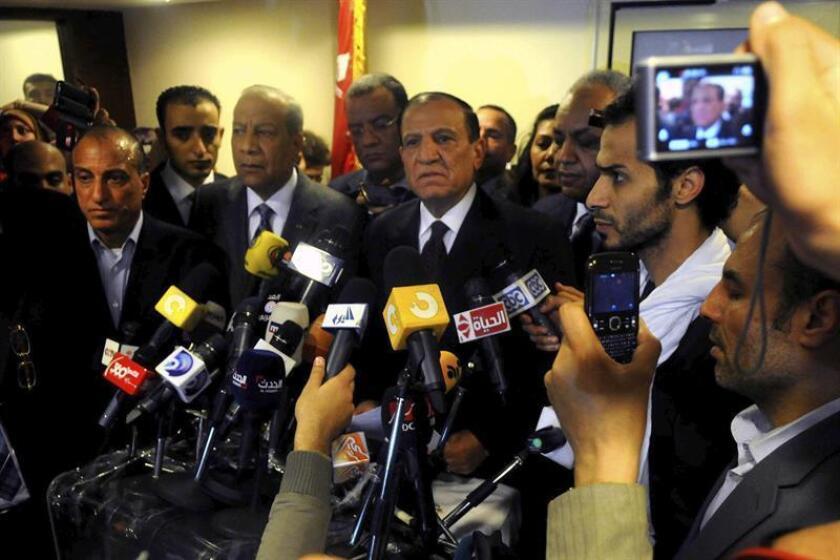 El ex jefe del Estado Mayor egipcio Sami Anan (c) da una rueda de prensa en su oficina en El Cairo (Egipto) EFE/PROHIBIDA SU PUBLICACIÓN EN EGIPTO/Archivo