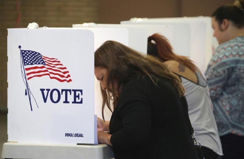 Varias personas ejercen su derecho al voto durante la jornada de elecciones presidenciales en Estados Unidos. EFE/Archivo